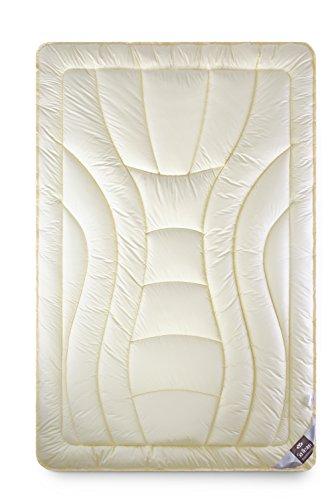 Sei Design Wolle Duo-Bettdecke in Premium Qualität mit feinste, äußerst bauschige echter Schurwolle gefüllt – 220x200, Wärmeklasse 5 - extrawarm. Füllung besteht aus zwei Lagen und sorgt für beste Wärmeisolation. Bezug aus feiner Mako-Satin mit Seidenfinish, 100% Baumwolle - ultrasoftes, allergikerfreundliches Material.